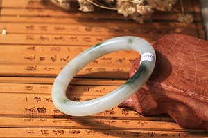 Great Traditional Round Shape Scattered Blue Color Jadeite Jade Bangle