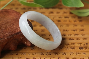 Wonderful Spring Color Oval Jade Bangle