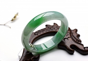 Wonderful Scattered Positive Green Color Jade Bangle