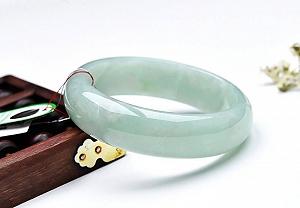 Charming Light Green Jade Bangle To Enjoy