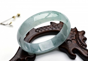 Wonderful Scattered Flower Oval Jade Bangle